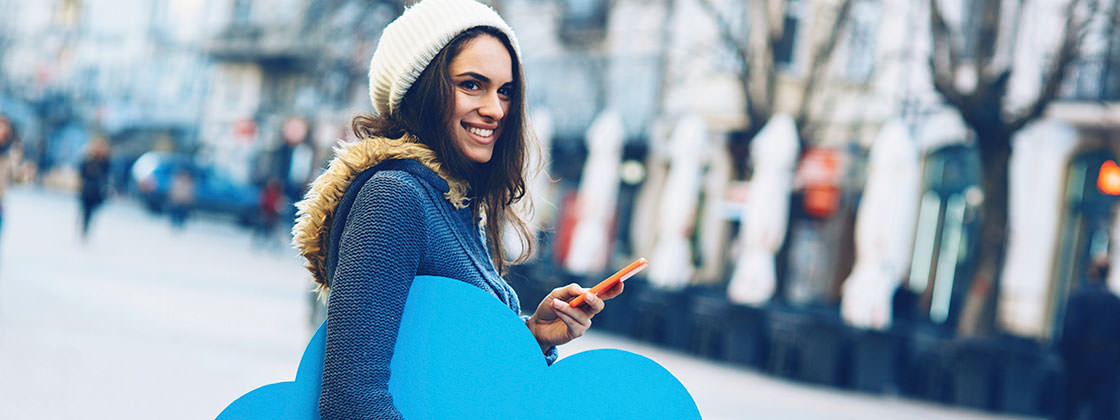 Young woman using the Microsoft cloud services on her smartphone - COSMO CONSULT